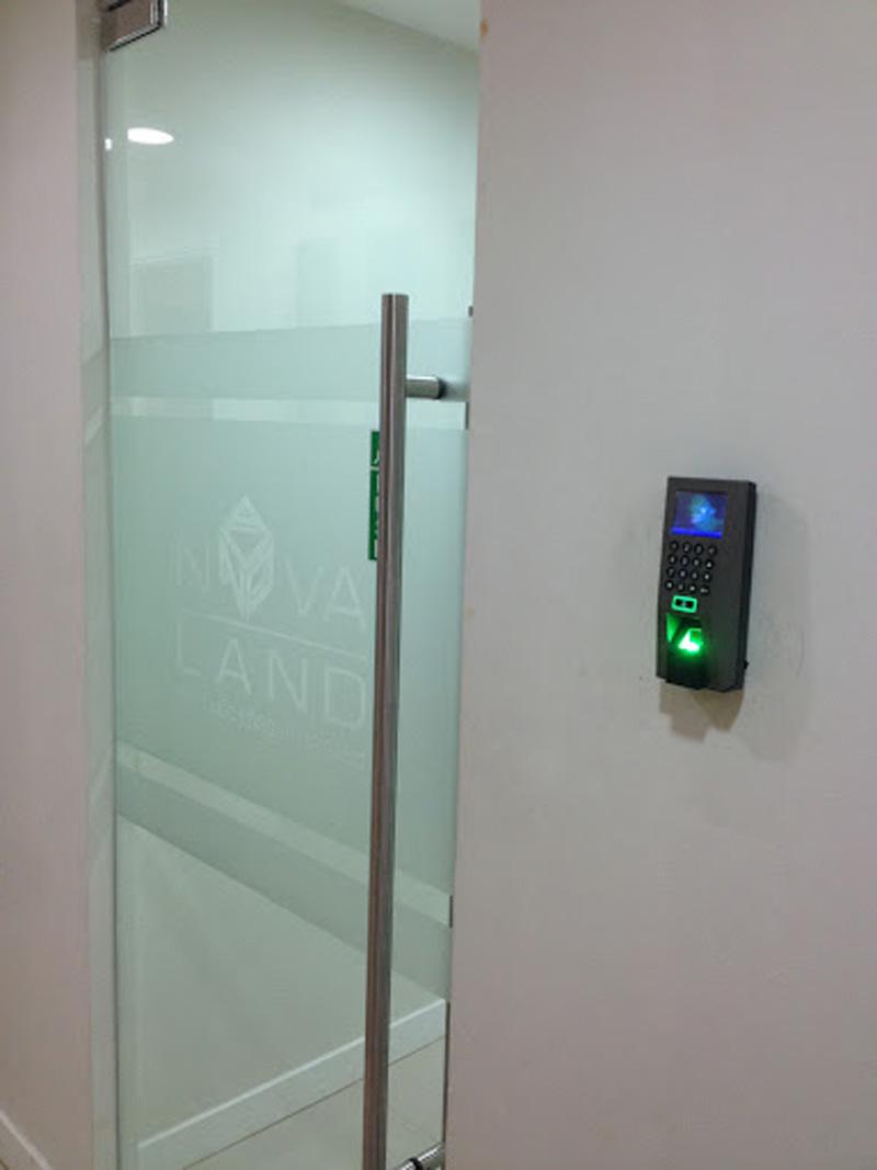 Giải pháp kiểm soát cửa ra vào hiệu quả với vân tay và thẻ từ