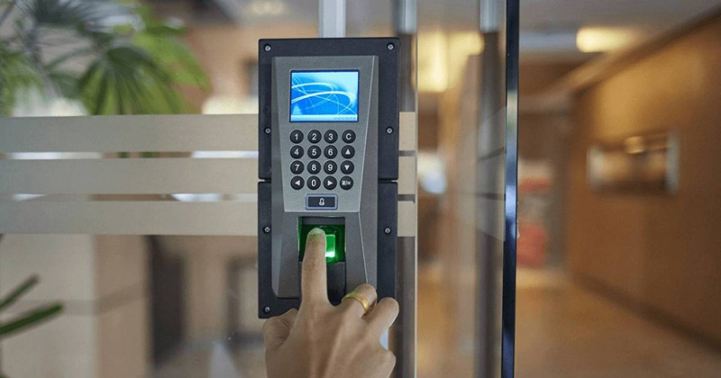 Hệ thống kiểm soát ra vào thông minh bằng vân tay thẻ từ